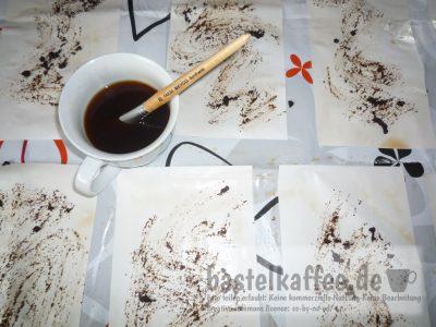 Druckerpapier mit Kaffee einfärben.