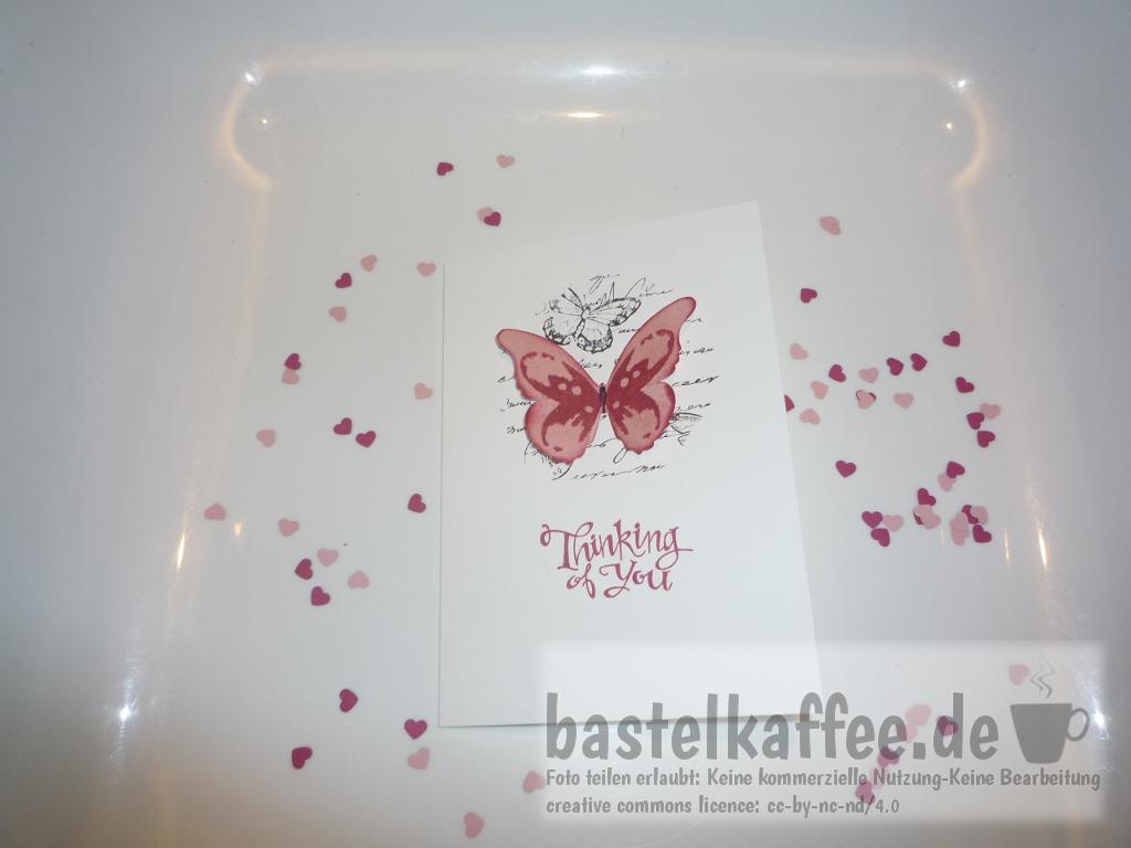 Selbstgebastelte Grußkarte mit ausgestanztem Schmetterling und gestempeltem Spruch: Thinking of you.